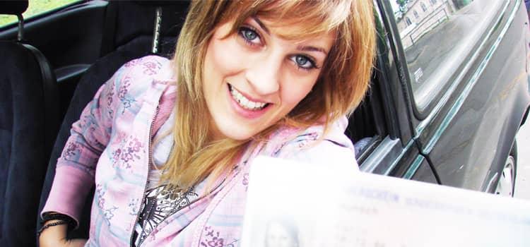 Junge Frau mit Führerscchein
