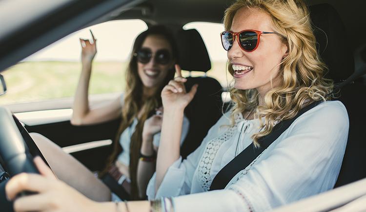 2 junge Fahren fahren im Auto